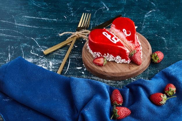 バレンタインデーのハート型の赤いケーキ。