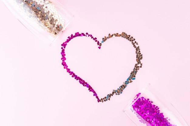 하트 모양. 심장의 스플래시와 두 샴페인 잔 모양의 색종이. 발렌타인 데이 컨셉