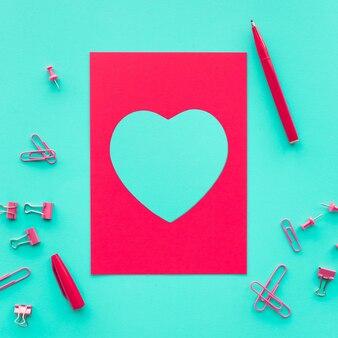 赤い紙カードの概念のアイデアとハートの形