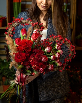 ハート型の赤いチューリップとバラの花束