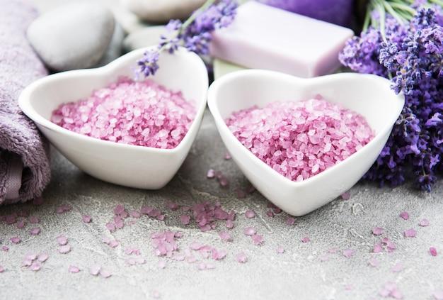 바다 소금, 비누 및 라벤더 꽃과 하트 모양의 그릇