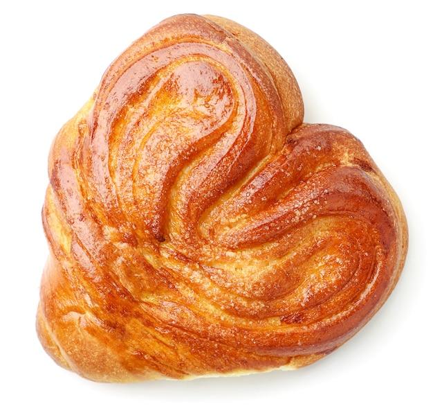 Булочка в форме сердца с крупным планом сахара на белом фоне, изолированные. вид сверху