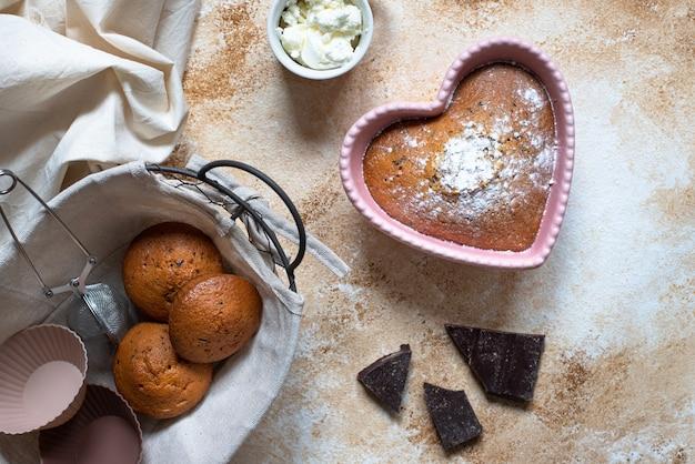 ピンクのグラタン皿にハート型のケーキ