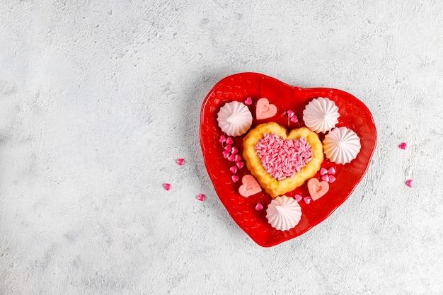 심장 모양의 발렌타인 데이 케이크.