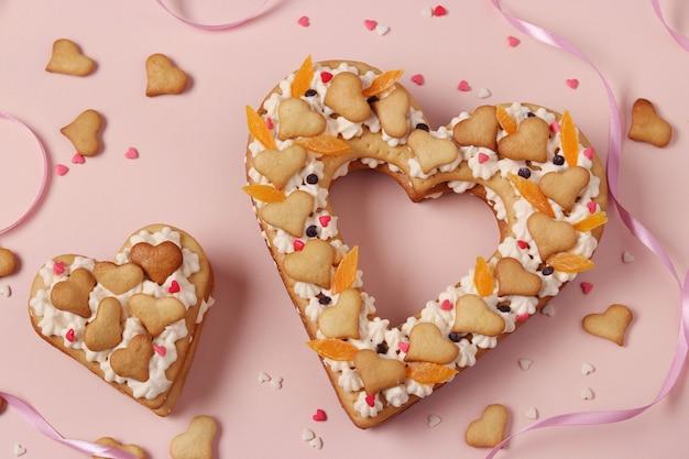 Торты в форме сердца на розовом на день святого валентина