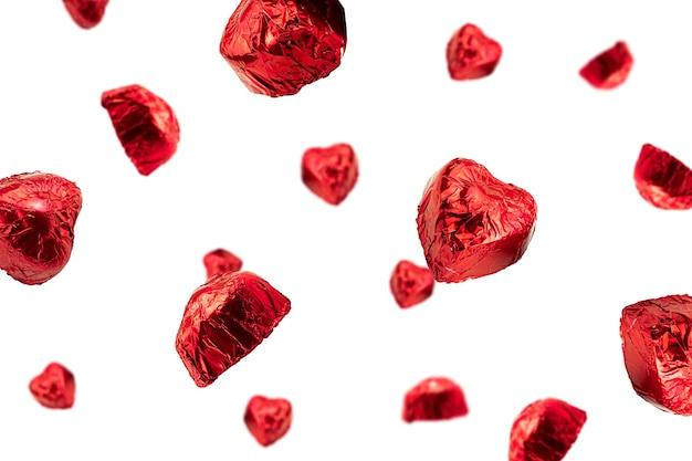 赤いホイルに包まれたハート型のキャンディー