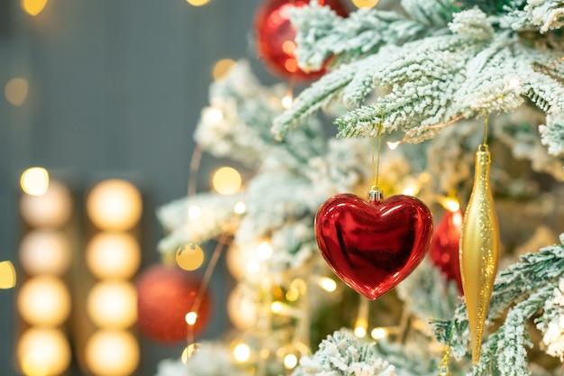 ハート型のクリスマスツリーのおもちゃメリークリスマスと新年あけましておめでとうございますの背景