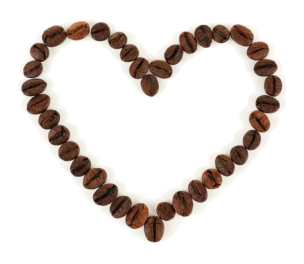 白で分離されたハート型のコーヒー豆