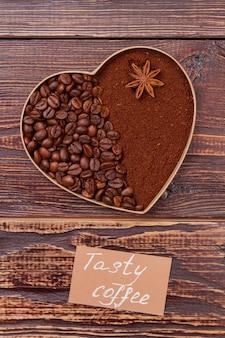 Кофейные зерна в форме сердца и растворимый кофе. концепция вкусного кофе. коричневая деревянная поверхность.
