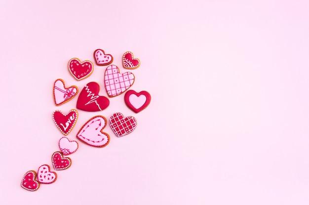 Воздушный шар плоской планировки печенья в форме сердца. день святого валентина.