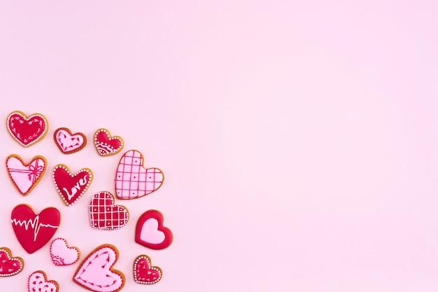 Плоское печенье в форме сердца на день святого валентина.