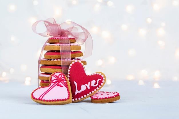 Печенье в форме сердца на день святого валентина на фоне размытых огней. фото высокого качества