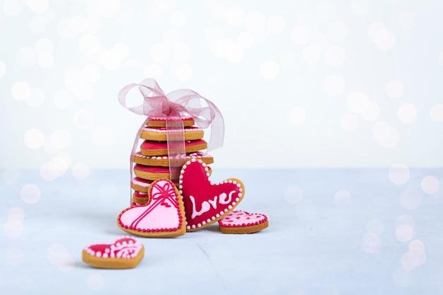 Печенье в форме сердца на день святого валентина с размытыми огнями.