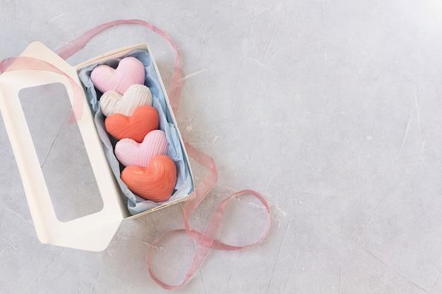 バレンタインデーのギフトボックスにハート型のクッキー。