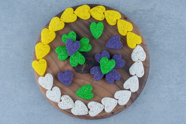 대리석 테이블에 트레이에 하트 모양의 쿠키.