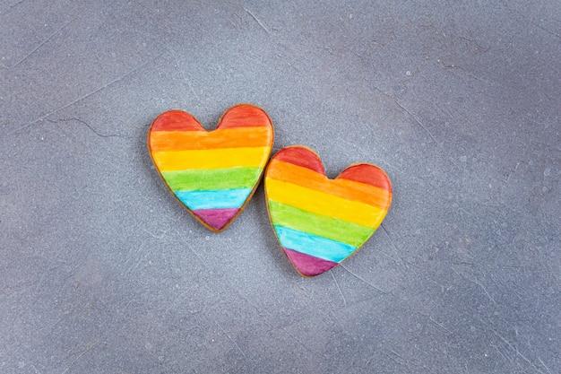 Печенье в форме сердца, раскрашенное радужным флагом лгбт.