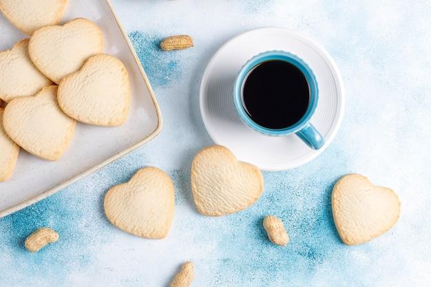 Печенье в форме сердца с арахисом.