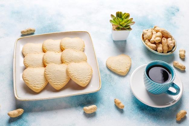 Biscotti a forma di cuore con arachidi.