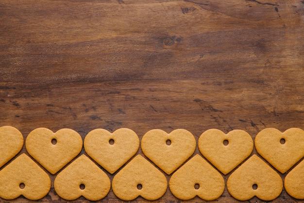 Biscotti a forma di cuore sul ripiano del tavolo in legno