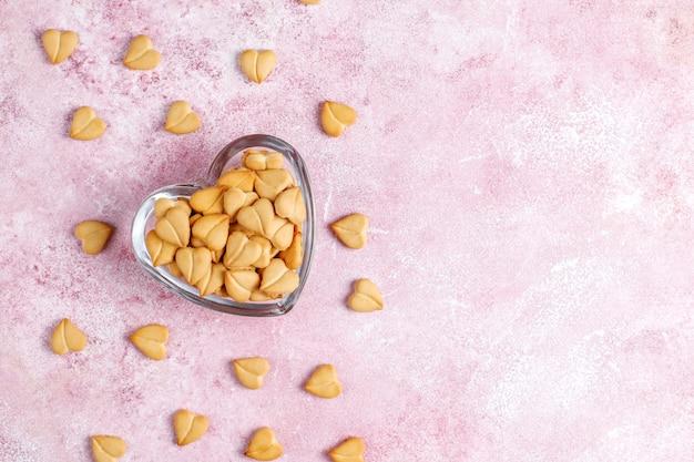 Cracker a forma di cuore in una ciotola a forma di cuore.