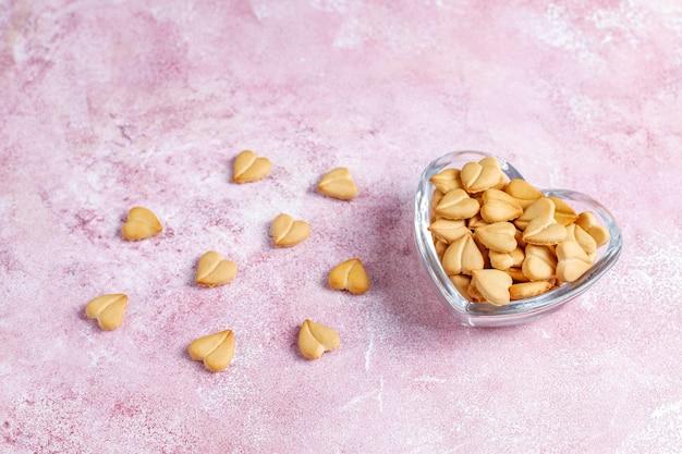 Крекеры в форме сердца в миске в форме сердца.