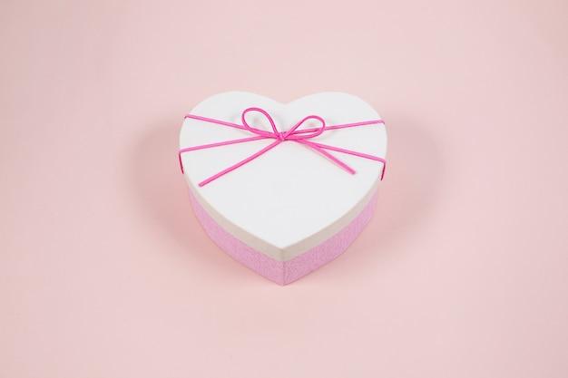 Подарочная коробка в форме сердца с розовым бантом, вид сверху