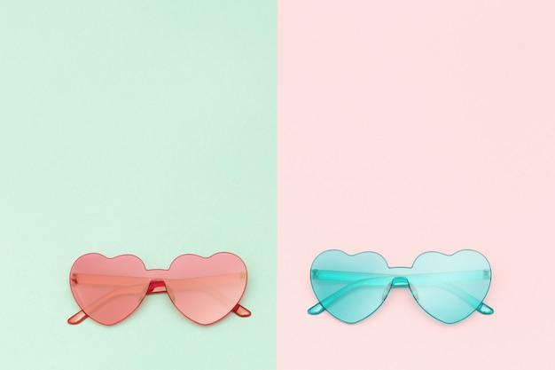 분홍색과 녹색 배경에 하트 모양의 안경