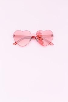 분홍색 표면에 심장 모양의 안경