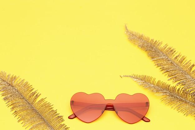 종 려 잎으로 하트 모양의 안경