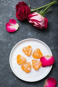 심장 모양의 젤리 사탕, 사랑 배경. 세인트 발렌타인, 결혼의 마음