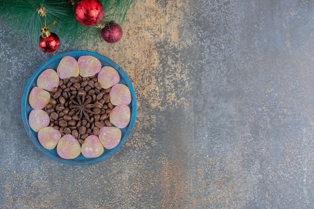 심장 모양의 젤리 과자와 원두 커피와 스타 아니스. 고품질 사진
