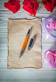 Металлические подарочные коробки в форме сердца красные розы винтажная перьевая ручка из листа бумаги на деревянной доске