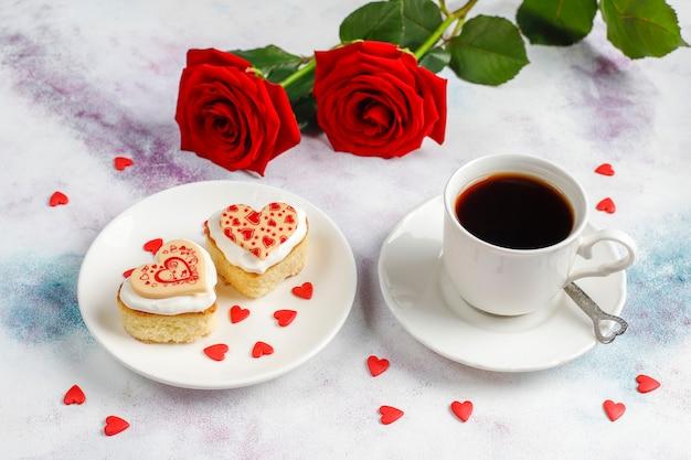 발렌타인 데이를 위한 하트 모양의 미니 케이크.