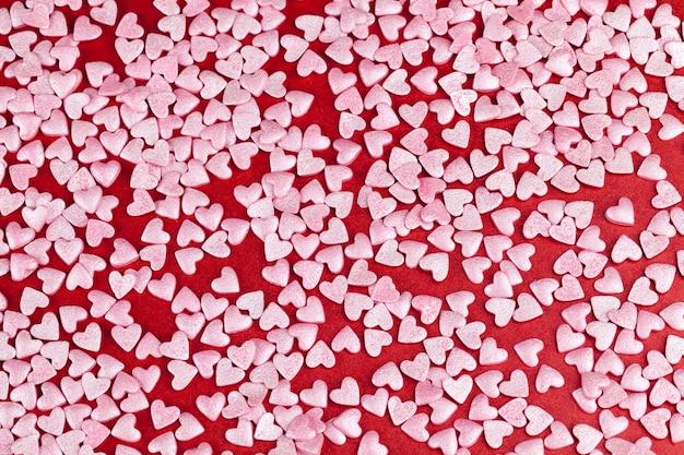 Розовые сладкие конфеты десертные украшения в форме сердца, крупный план