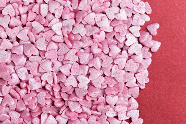 Розовые сладкие конфеты в форме сердца