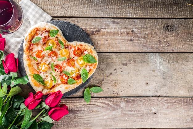 バレンタインデーのためのハート型のピザ