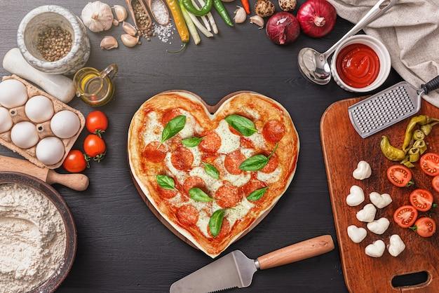バレンタインデーのディナーにハート型のピザ