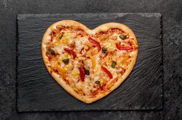 Пицца в форме сердца на день святого валентина на грифельной доске