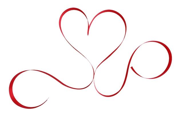白で隔離のハート型の光沢のある赤いサテンリボン
