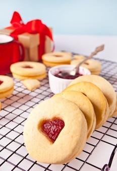 Традиционное линзерное печенье в форме сердца с клубничным вареньем. концепция дня святого валентина.
