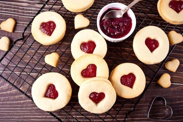 Традиционное линзерное печенье в форме сердца с клубничным джемом