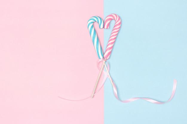 복사 공간이 있는 하트 모양의 두 사탕 지팡이 파스텔 색상 달콤한 사랑 개념