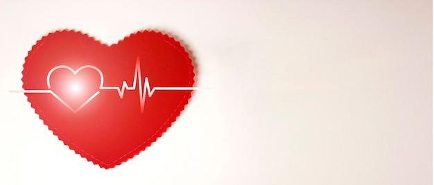 あなたのテキストのためのコピースペースで白い背景の上にハートサイン、心電図。ヘルスケアの概念。ヘルスケアおよび医療機器。健康診断と診断。医師の義務。