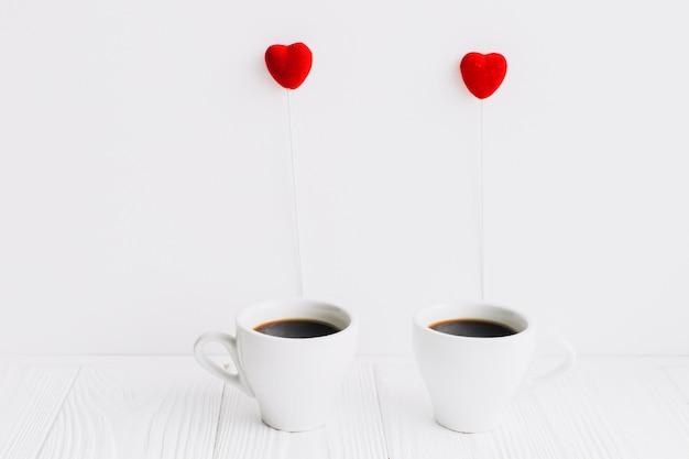 하트 스틱과 커피 컵