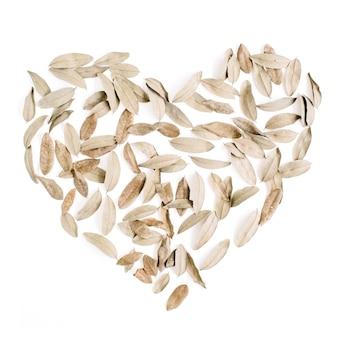 乾燥した葉で作られたハートのシンボルバレンタインデーの背景