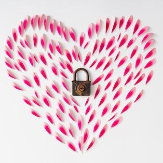 Символ сердца из розовых цветочных лепестков со старым замком