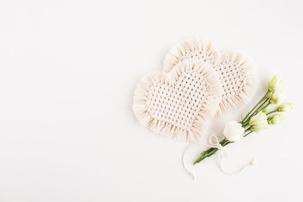 심장-휴가의 상징. 천연 소재, 면사. 에코 장식, 장식품, 흰색 표면에 손으로 만든 장식. 공간 복사