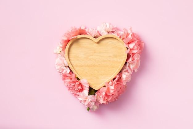 Сердце из дерева с цветами гвоздики на день матери и день святого валентина