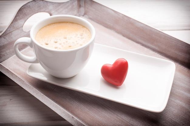 하트와 테이블, 인사말 카드에 커피.