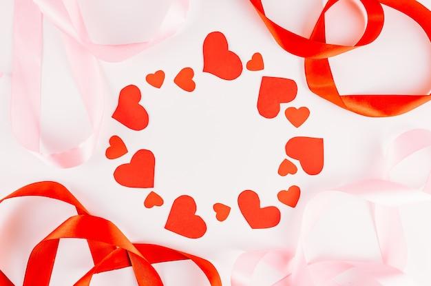 Сердца и красные ленты, изолированные на белом фоне
